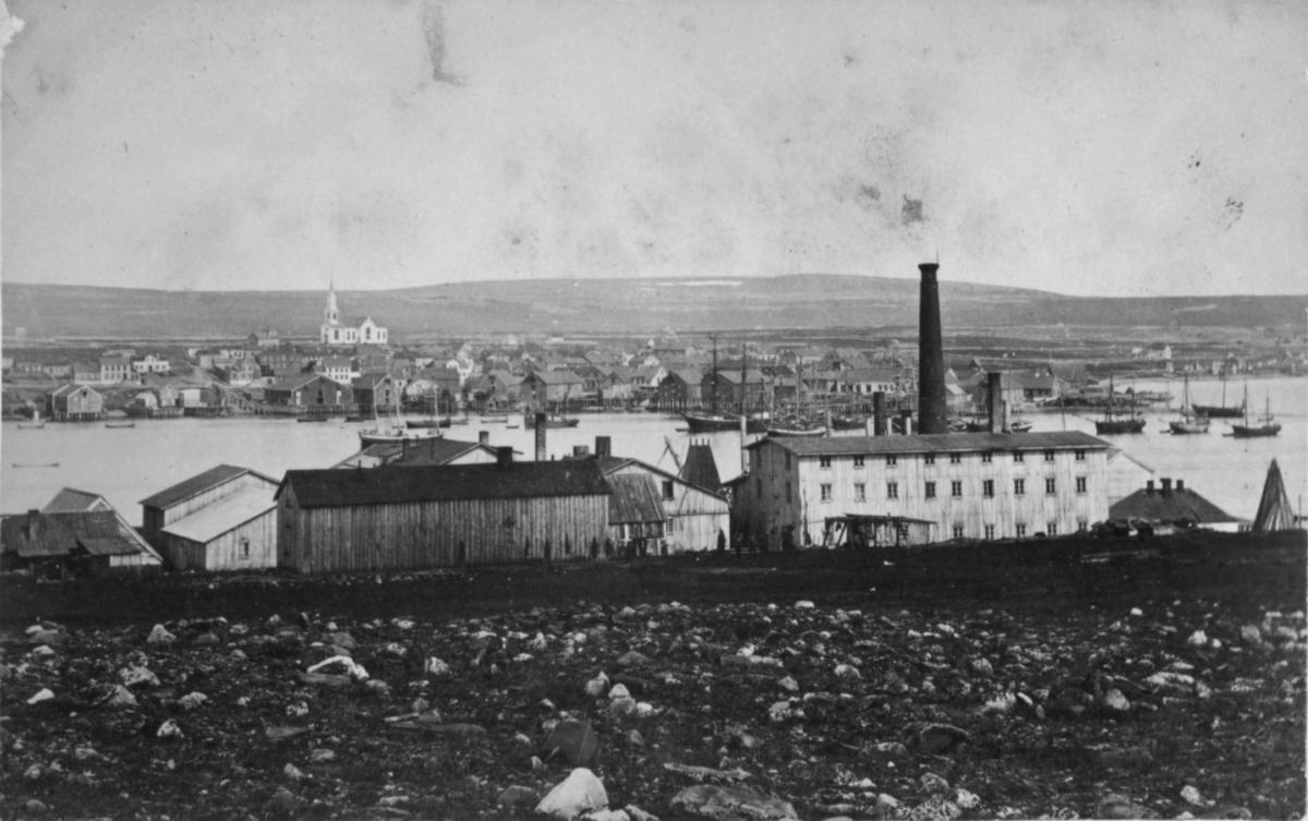 Hvalfangstanlegget på Vadsøya, fotografert fra øysiden med utsikt over Vadsø by.