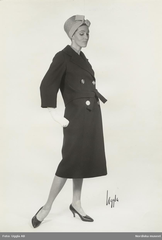 Modell i kappa, hatt med rosett, handskar och pumps. Vår. Original Balmain.