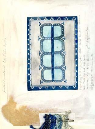 """Fem skisser med förslag till rya, sydd eller vävd, till Sjösås nya kyrka (Viås kyrka).GHKL 4047:1 Förslag till rya sydd eller vävd 1,00 x 1,50 m till Sjösås nya kyrkas dopfunt. Skisstorlek ca 10 x 15 cm skala 1:10. GHKL 4047:2 Förslag till rya sydd eller vävd 1,00 x 1,50 m till Sjösås nya kyrkas dopfunt. Skisstorlek ca 10 x 15 cm skala 1:10. """"Motiven ngt från krucifixformerna"""".GHKL 4047:3 Förslag till rya sydd eller vävd 1,00 x 1,50 m till Sjösås nya kyrkas dopfunt. Skisstorlek ca 10 x 15 cm skala 1:10. """"Färgprover som i nr 1"""".GHKL 4047:4Förslag till rya sydd eller vävd 1,00 x 1,50 m till Sjösås nya kyrkas dopfunt. Skisstorlek ca 10 x 15 cm skala 1:10. """"Motiven ngt från dekoren på dopfunten. Färgprover samma nr 2.""""  Eventuellt vävdes den här skissen upp, anteckning finns: """"Beställ material till Viås kyrka"""".GHKL 4047:5Förslag till rya sydd eller vävd 1,00 x 1,50 m till Sjösås nya kyrkas dopfunt. Skisstorlek ca 10 x 15 cm skala 1:10. BAKGRUNDHemslöjden i Kronobergs län är en ideell förening bildad 1990. Den ideella föreningen ersatte Kronobergs läns hemslöjdsförening bildad 1915.Kronobergs läns hemslöjdsförening hade butiksverksamhet och en vävateljé med anställda väverskor och formgivare där man vävde på beställning till offentliga miljöer, privatpersoner och till olika utställningar.Hemslöjden i Kronobergs län har idag ett arkiv med drygt 3000 föremål, mönster och skisser från verksamheten och från länet. 1950-talet var de stora beställningarnas tid och många skisser och mattor till kyrkorna kom till under detta årtionde."""