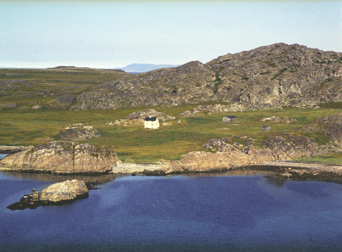 Flyfoto fra Sommervik, Laksefjord. Negativ nr. 122673. Kunden var Jakob Reeberg fra Laksefjord. Fargekopi finnes i arkivet.