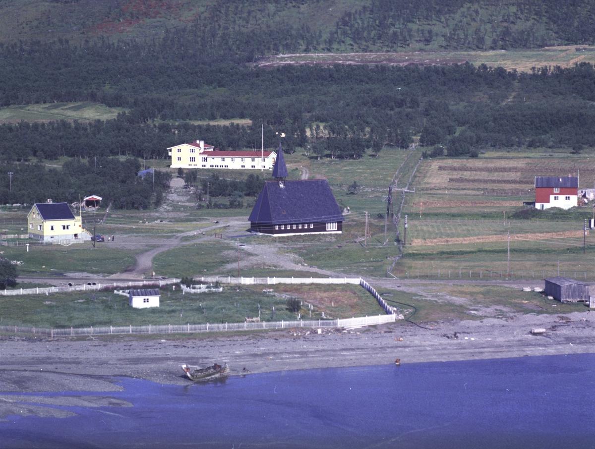 Flyfoto fra Lebesby. Negativ nr. 122723. Huset tilhører Kristine Olsen.