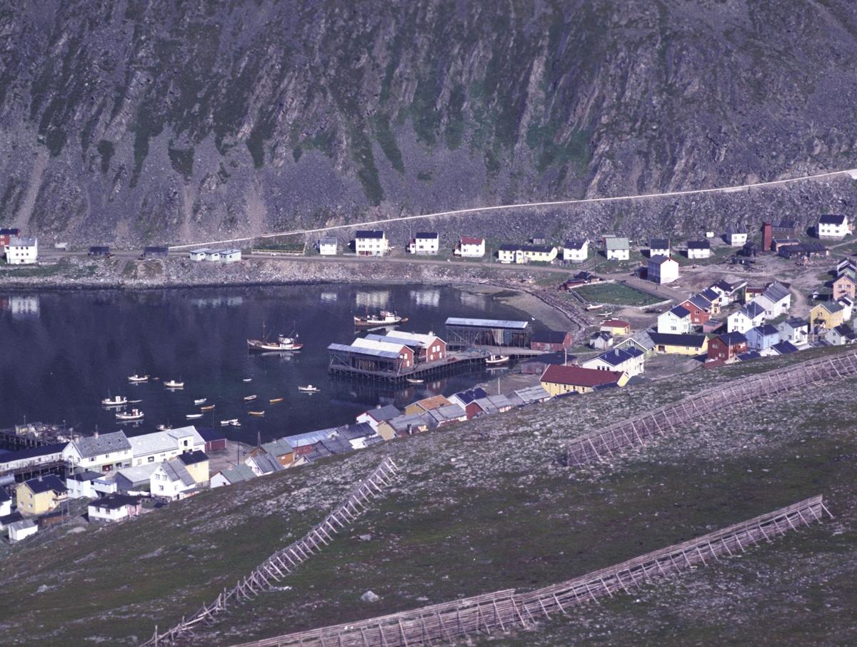 Flyfoto fra Kjøllefjord. Negativ nr. 122744.