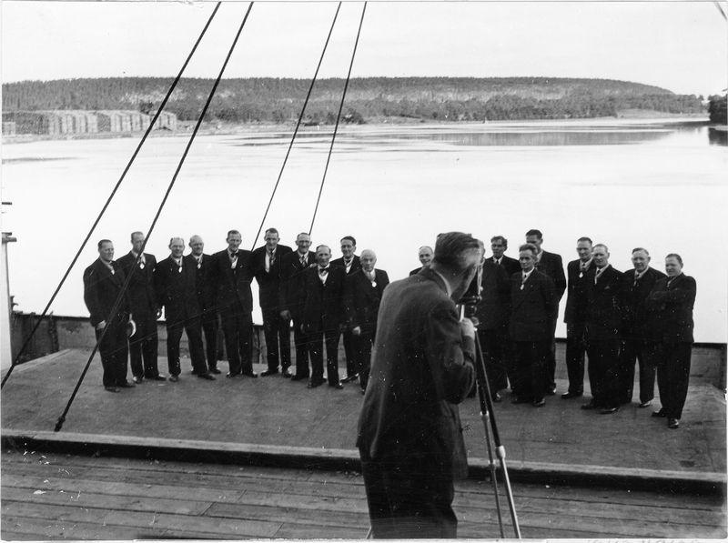 Wargöns AB.  De fem brödralagen uppställda för fotografering vid hamnen.