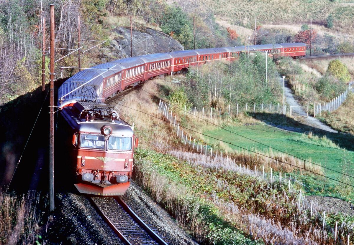"""Ekspresstog 42 """"Dovreekspressen"""" med NSB elektrisk lokomotiv type El 14 og vogner type 5. Toget fører restaurantvogn samt vogner av 1. og 2. klasse."""