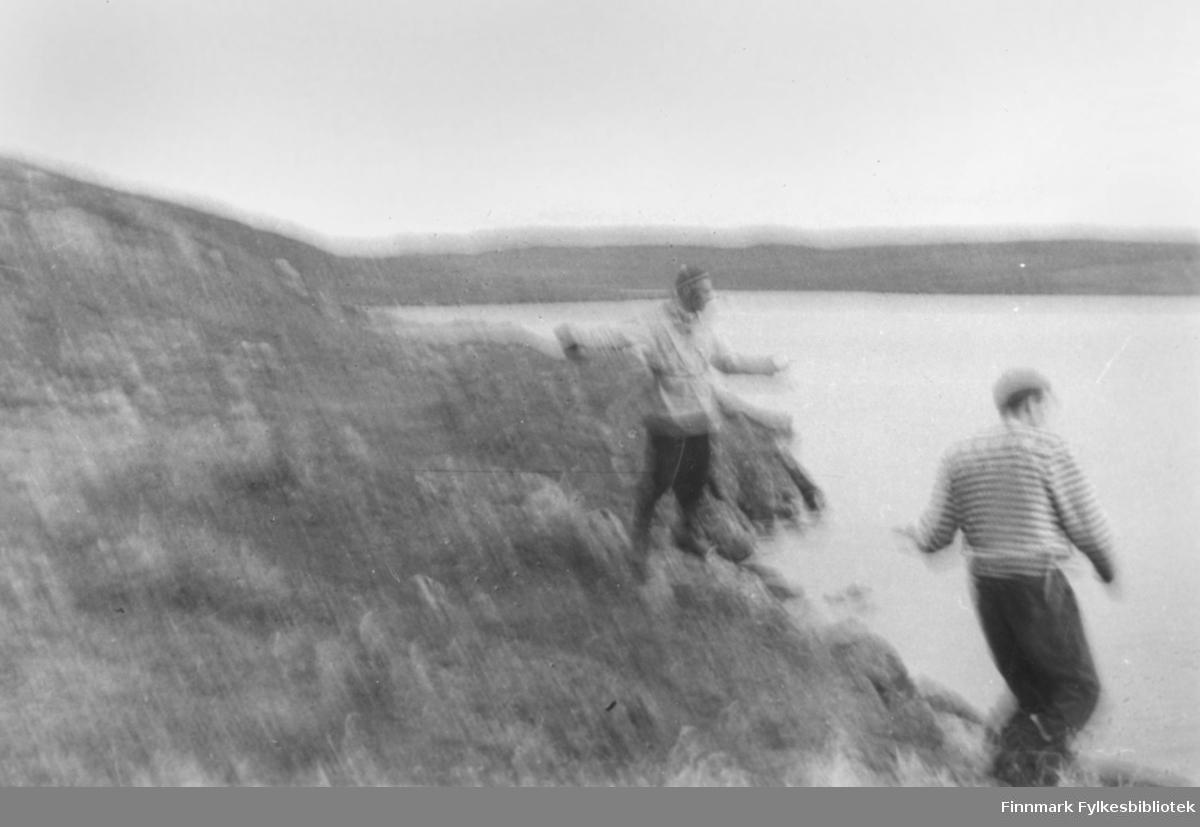 """Dette bildet er tatt i august 1955. Fisket på Peskvannet i full sving. Fra venstre: Ernst Lebesby, som brukte hermetikkboks og sluk, og """"blavott"""" på hånda. Per Bjørgan i front. Foto: Ole Gustav Øverdahl."""