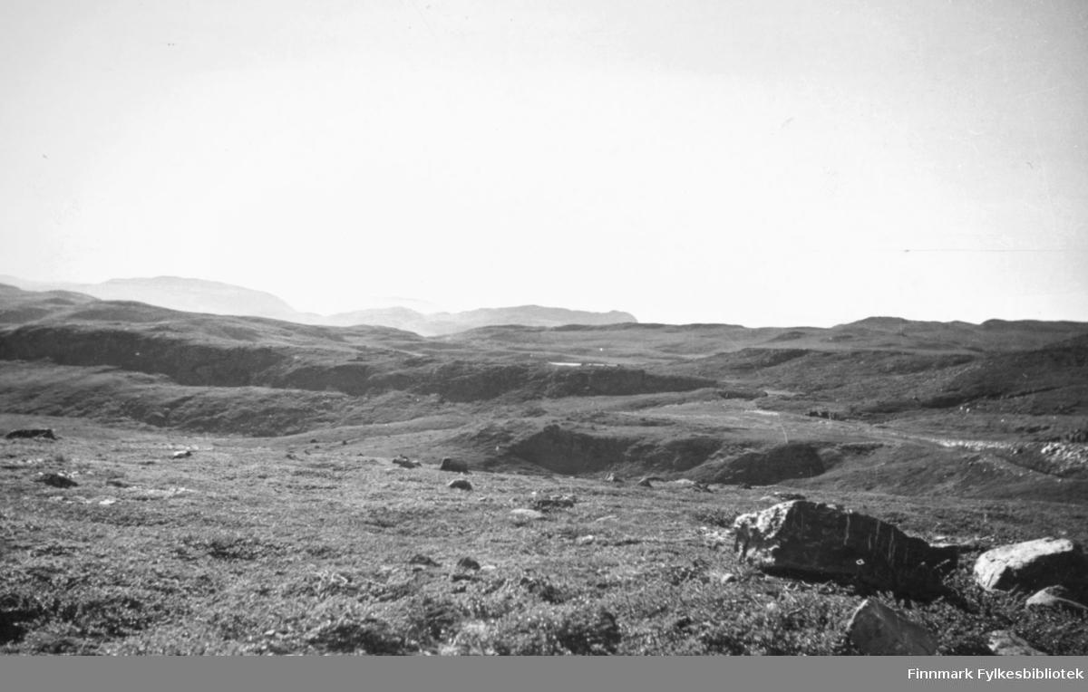 Utsikt fra Ifjordveien. Bildet er tatt i 1938. Fra Nord-Norges Turisttrafikk-Forbund, Harstad. Bildet er tatt av Chr. B. Heimbeck.