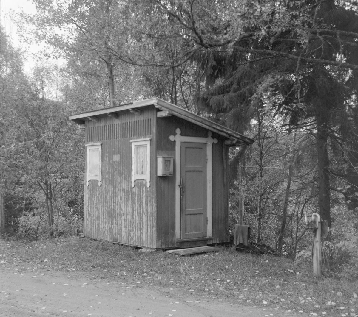 Utedo ved Kopstad stoppested på nedlagte Tønsberg-Eidsfossbanen.