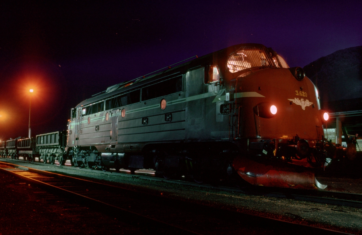 NSB dieselelektrisk lokomotiv Di 3 620 på Støren stasjon med pukkvogner type Xls med trykkluftoperert tømming. Det ble kjørt stein fra Søberg til rassted mellom Støren og Snøan.