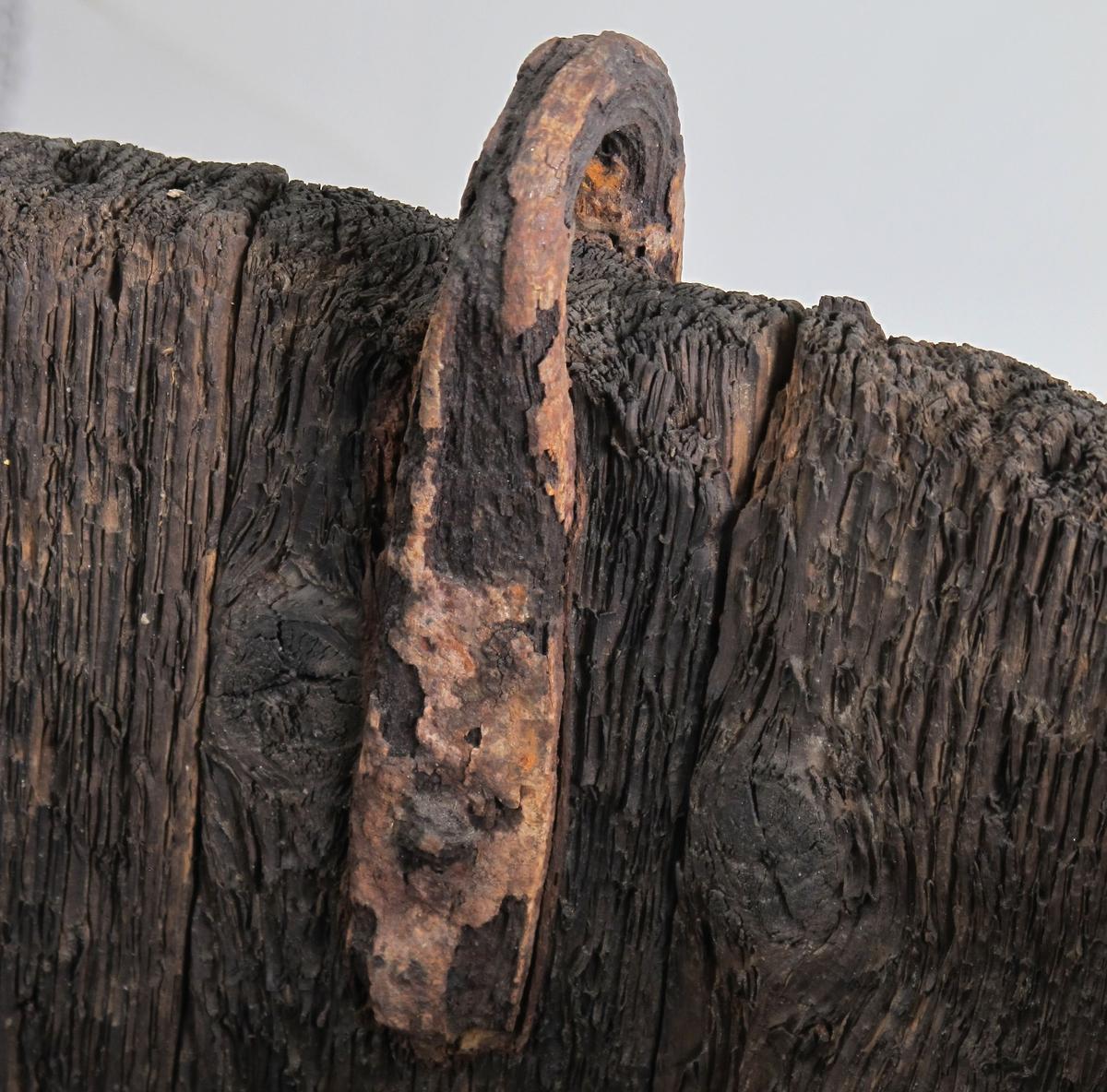 Malmtønner, 2 stk. Bøkkerarbeid.  Tre, trolig furu, gjorder av jern. To svære tønner med utoverskrånende sider,  3 gjorder. 2 runde små hanker i øvre kant.    a) alt jern rødt og sprødt, dels rustet bort.    b) rustent, men ikke så ille som a).