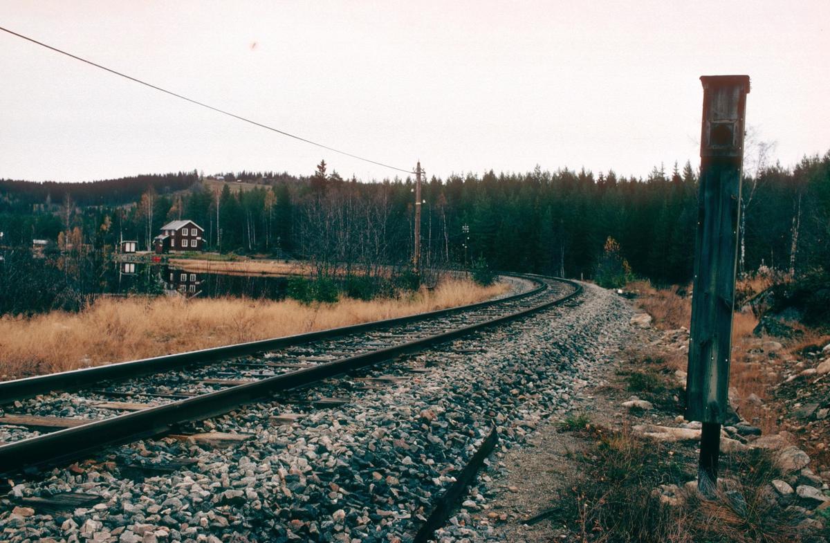 """Trevatn holdeplass. Kasse for innkjørsignal (""""Fuglekasse"""") som ble nyttet dengang Trevatn var stasjon. Trevatn hadde ikke kryssingsspor, og stasjonsgrensen var fastsatt til å være her. Innkjørsignalsted for tog fra Skrukli."""