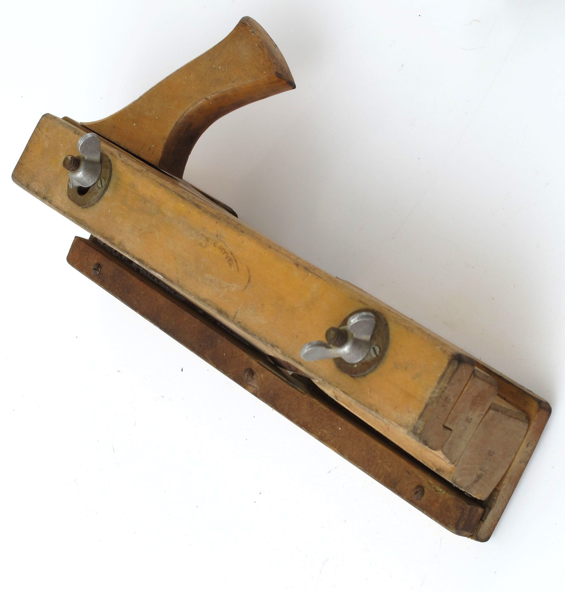 Sammensatt av 4 langsgående deler, sammenholdt av to jernbolter m. vingemuttere. Tangen er skråslipt, festet m. skrue og mutter.