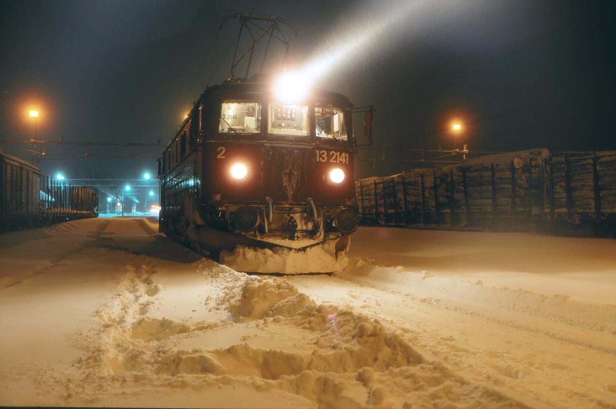 Elektrisk lokomotiv på Eina stasjon en vinternatt. El 13 2141 i godstog 5191 (Eina - Gjøvik).