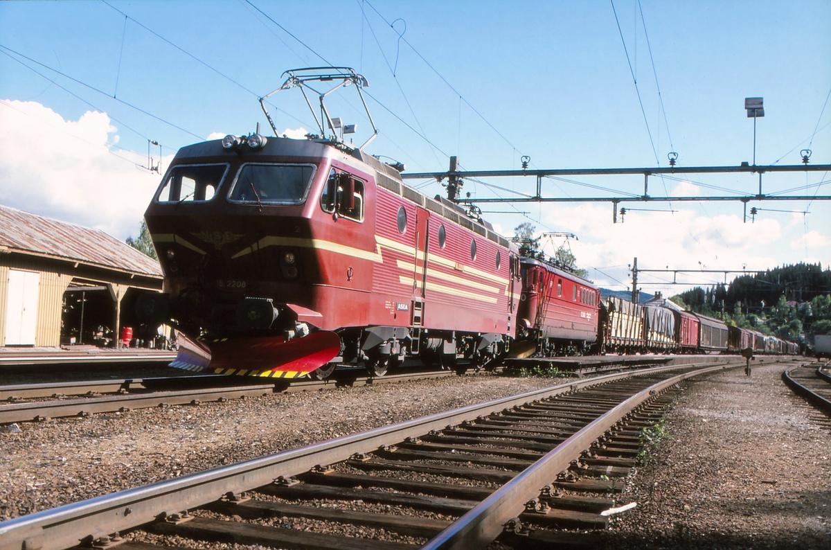 NSB godstog 5501 (Alnabru - Bergen) på Roa stasjon med elektrisk lokomotiv El 16 2208 som ekstra forspannslokomotiv og El 13 som forspannlokomotiv.
