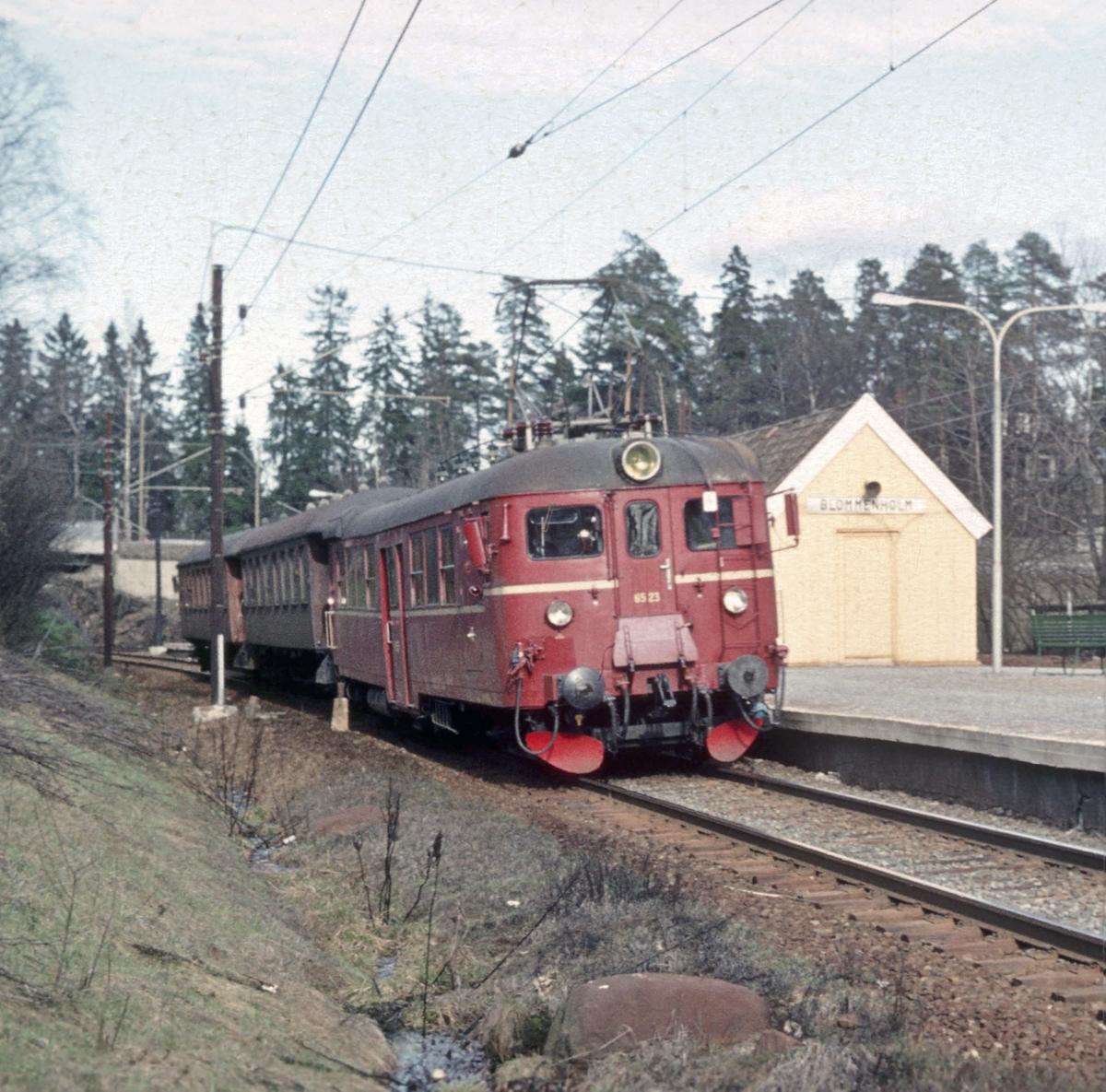 Persontog med motorvognsett type 65 passerer Blommenholm holdeplass.