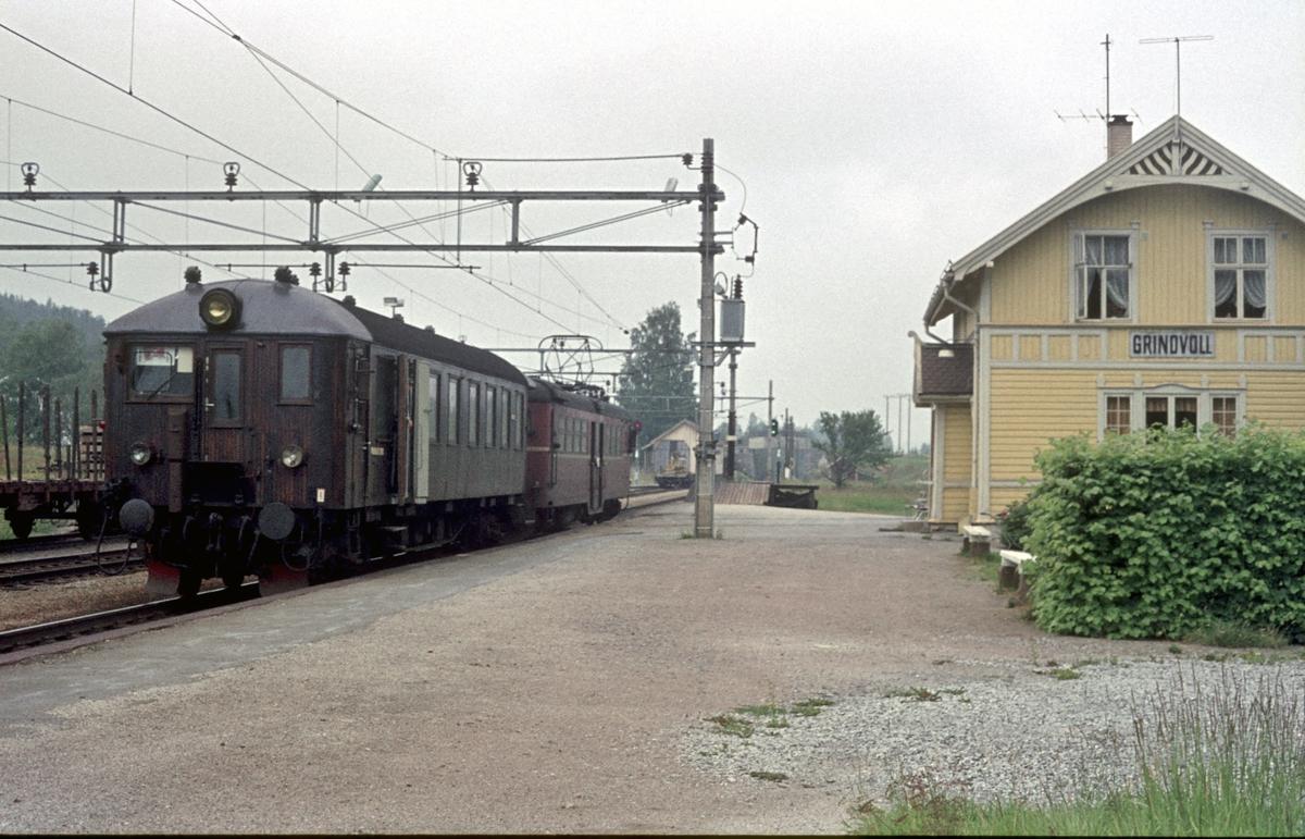 """Persontog på Grindvoll stasjon. """"Kalvsjøblakken"""" Roa - Hønefoss. Elektrisk motorvognsett type 65."""