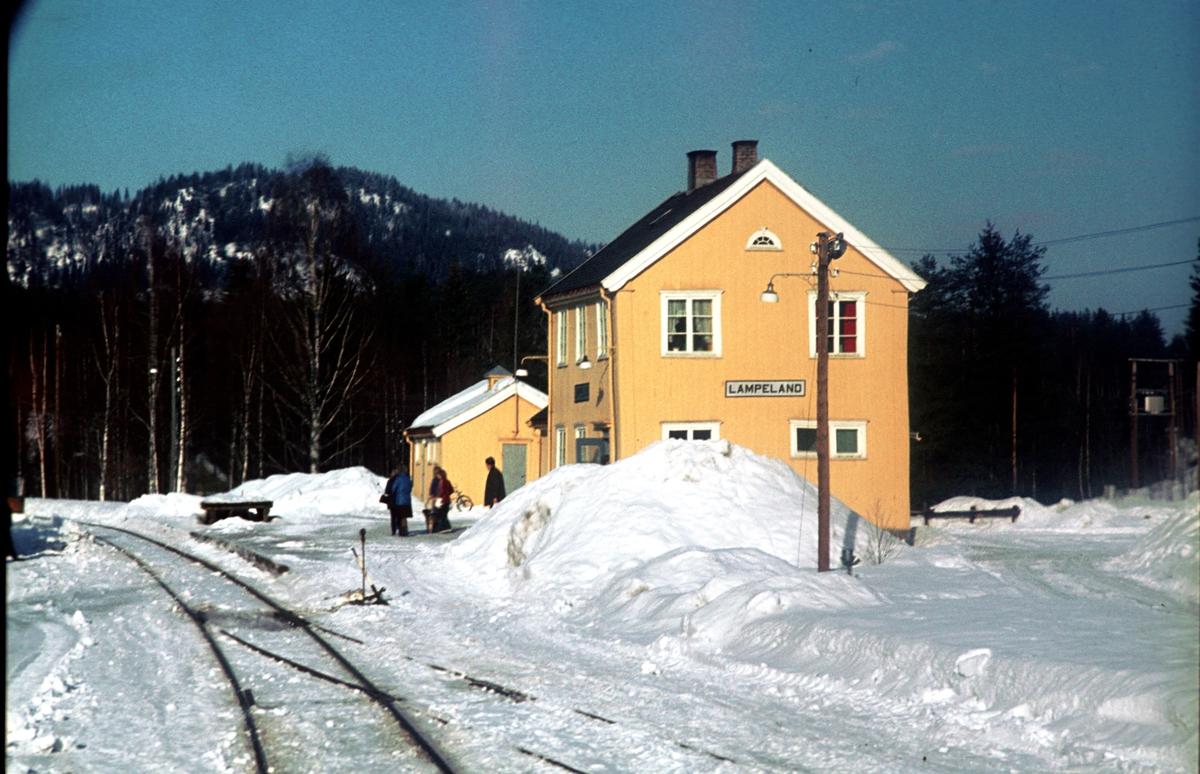 Lampeland stasjon, Numedalsbanen, sett fra motorvogn BM 91 04 som kjører inn på stasjonen på vei til Rødberg. Numedal.