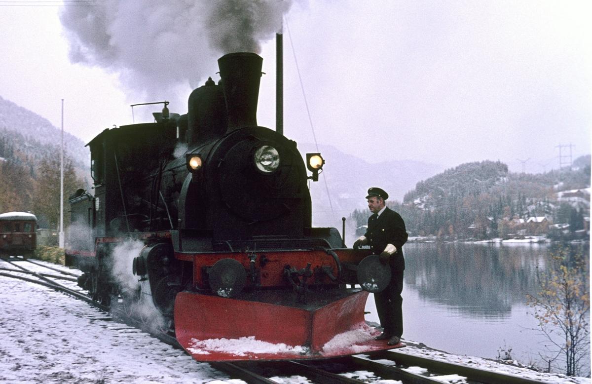 Damplok 21b 252 skiftes rundt togstammen på Rødberg stasjon. Veterantog Drammen - Rødberg. Sporskifter (utvendig stasjonsbetjent) står på plogen.