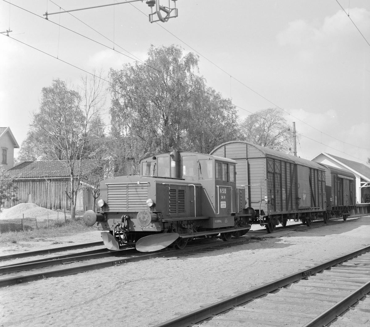 Skiftetraktor Skd 214 nr. 81 og godsvogner på Askim stasjon.