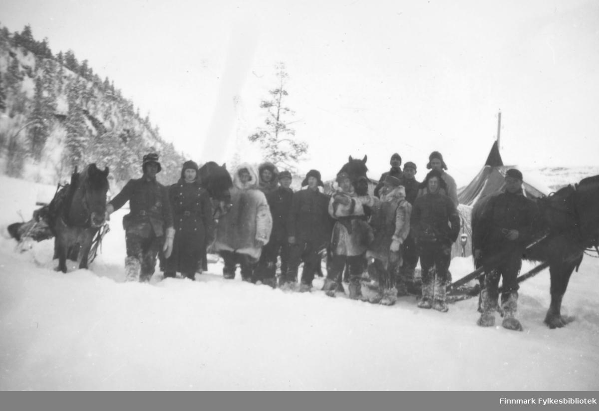 Varetransport med hester over vidda etter krigen. Vi ser hester med sleder og en stor gruppe menn som deltar i arbeidet enten til fots eller på ski. På ett av bildene ser vi en fjellstue, på et annet et telt. På noen av bildene ser vi at arbeidet er vanskelig for hestene på grunn av dyp snø. Serien inneholder bildene: 06002-064, 06002-065, 06002-066, 06002-067, 06002-068, 06002-069. Ca.1946-50.