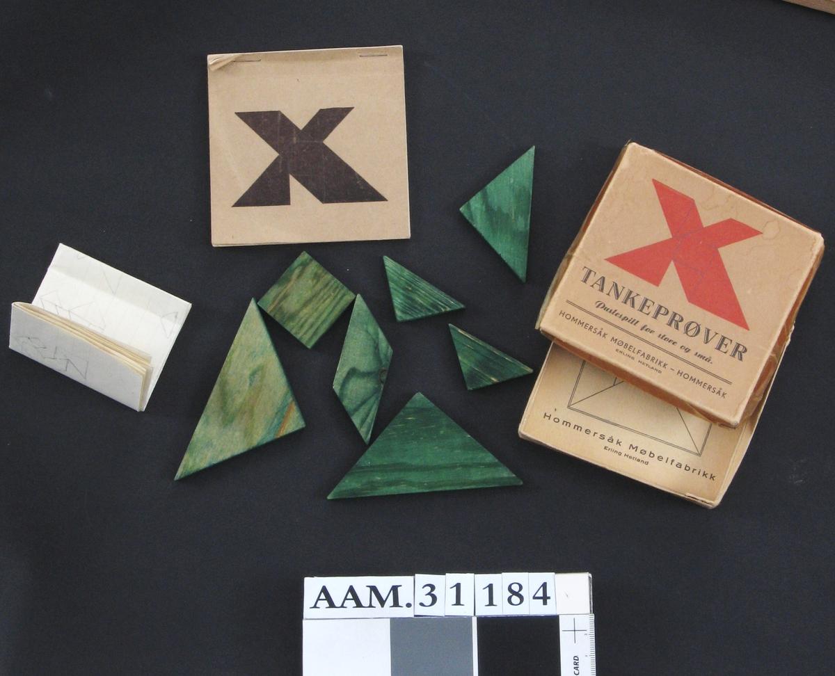Puslespill/tankeprøver i kvadratisk eske med lokk. Et hefte med forslag til ulike figurer man kan pusle ligger i esken, i tillegg til et A4-ark med forslag tegnet med blyant.