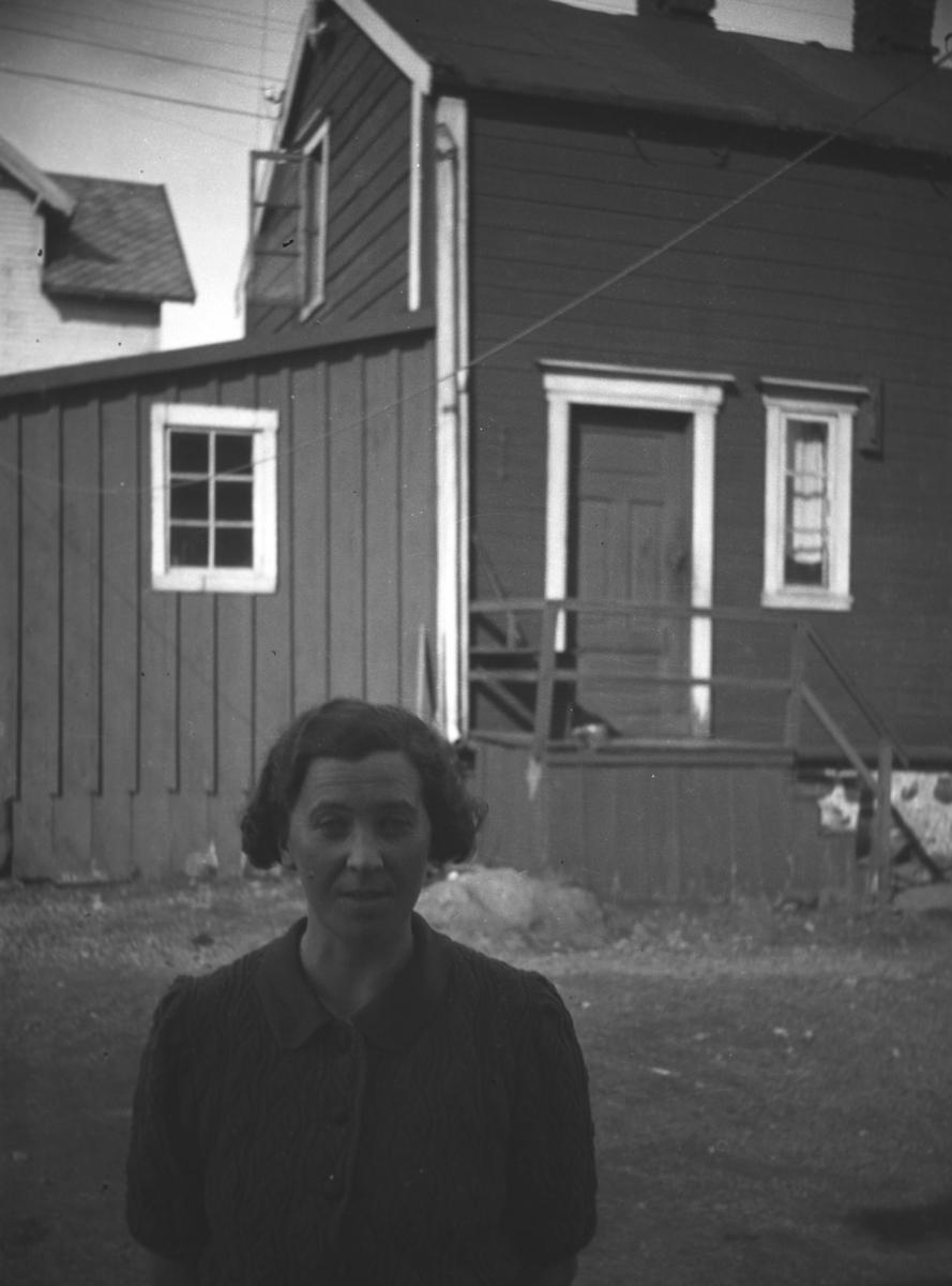 Frida Hauge fotografert i bakgården til Sellstein en sommerdag.