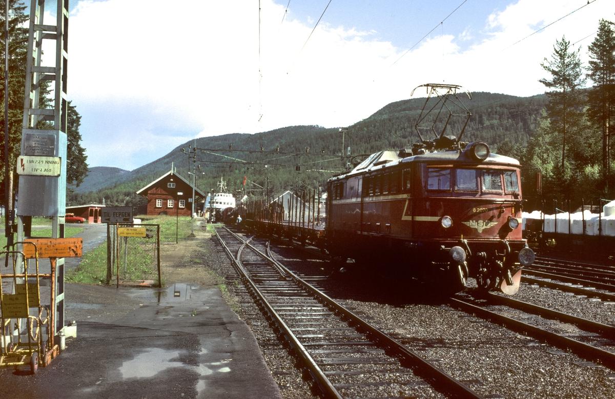 Skifting av godsvogner på fergen Storegut på Tinnoset med NSB elektrisk lokomotiv El 8 2070.