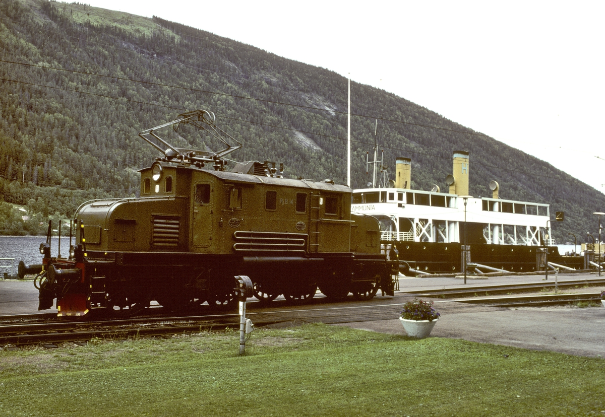 Rjukanbanens lokomotiv RjB 14 (NSB El 1 2001) og dampfergen D/F Ammonia.