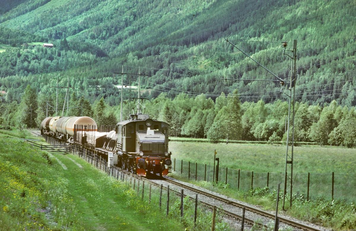Godstog på Rjukanbanen med elektrisk lokomotiv RjB 14 (NSB El 1 2001). Norsk Hydro, Norsk Transportaktieselskap (Norsk Transport).