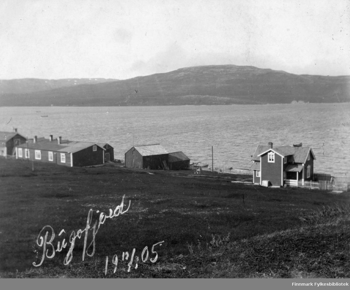 Oversiktsbilde over familien Gunnaris hus i Bugøyfjord 1905. På bildet ser vi fra venstre  litt av fjøset, hovedgården med bolig og butikk, uthus. Til høgre Rauhala.