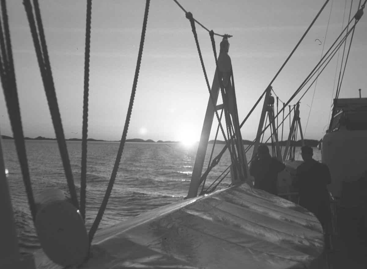 Midnattsol i horisonten. Bildet er tatt fra et båtdekk og kan være fra Hurtigruta.