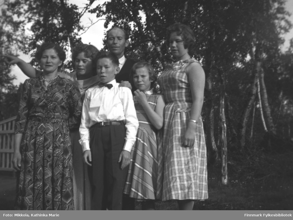 Alette og Helge Karikoski, fotografert sammen med fire av sine barn ved hjemplassen i Neiden. Barna fra venstre: Svanhild, Magnar, Mary og Anne