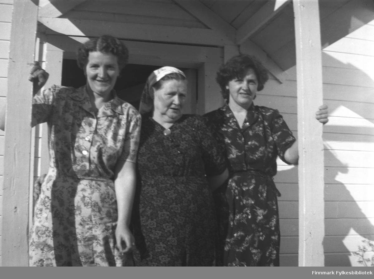 Tre kvinner på trappa til Mikkelsnes. Fra venstre Astrid Lindseth, Kathinka Mikkola og Alfhild Mikkola. Kathinka var mor til Astrid og svigermor til Alfhild