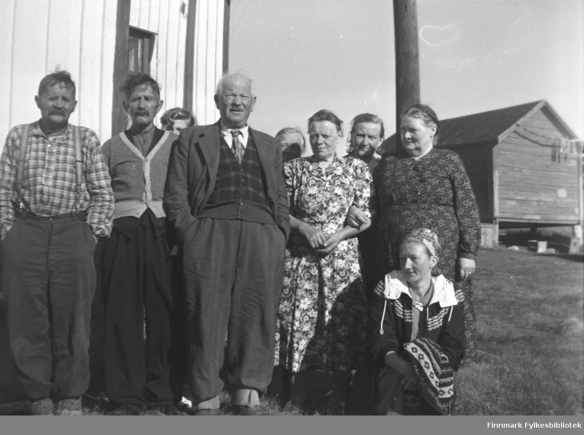 Mikkola-familien på besøk på Strømsnes ute i Neidenfjorden. Fra venstre: Arvid og Mathis Puiko, Aksel Konrad Mikkola, Marie (eller Elen) Puiko, ukjent, Kathinka Mikkola helt til høyre. Sittende foran: Marine Smuk