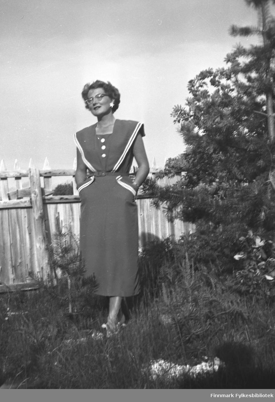 Ingrid Johannessen fotografert i hagen på Mikkelsnes. Hun har en veldig fin kjole, og spesielle øreringer