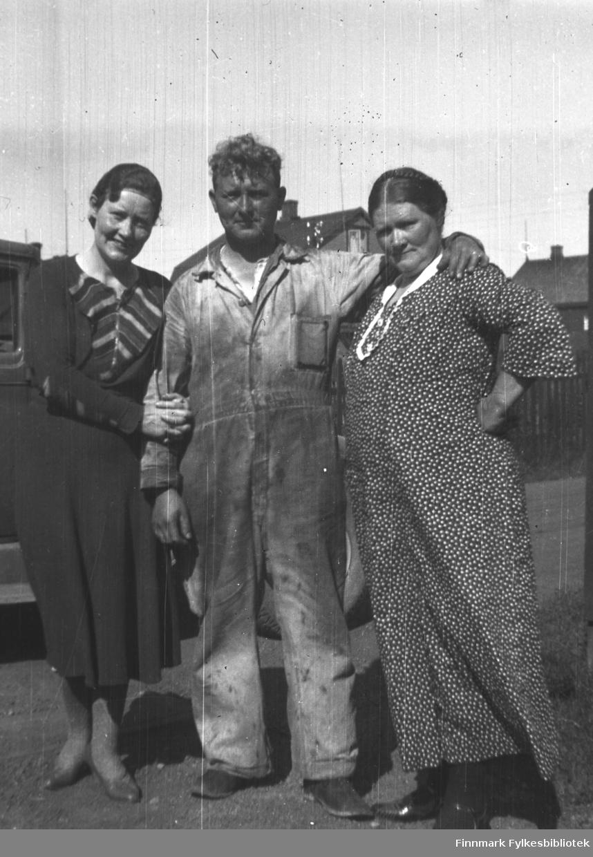Tre søsken fotografert i Kirkenes. Fra venstre: Hanna Kvandal, Jan Yttergård og Kathinka Mikkola