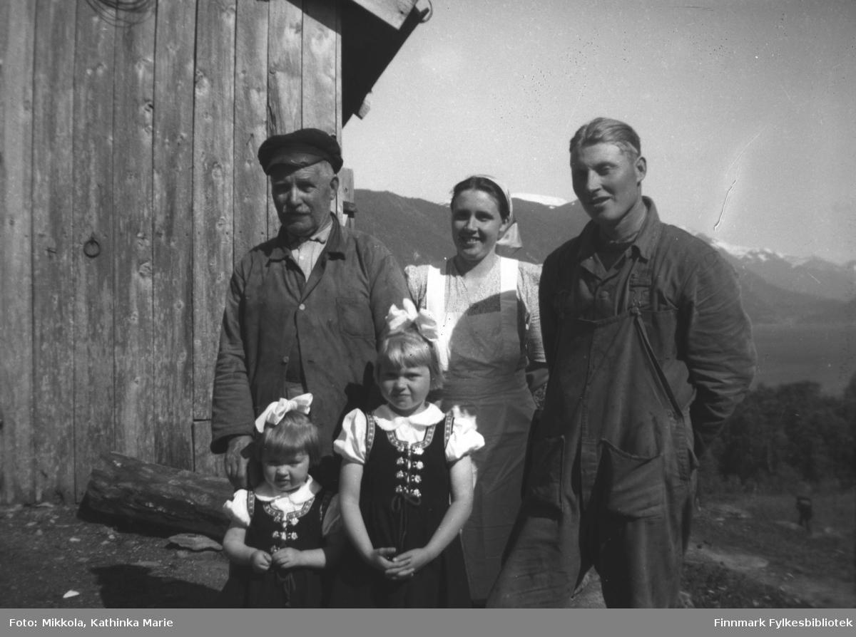 Til høyre Ivar Andreas med kone Anny og døtrene Alvild og Judit (til høyre) og far til Anny, Jakob Fjøshaug. Ivar Andreas og Anny var bosatt på Folkestad på en gård som het Fjøshaug