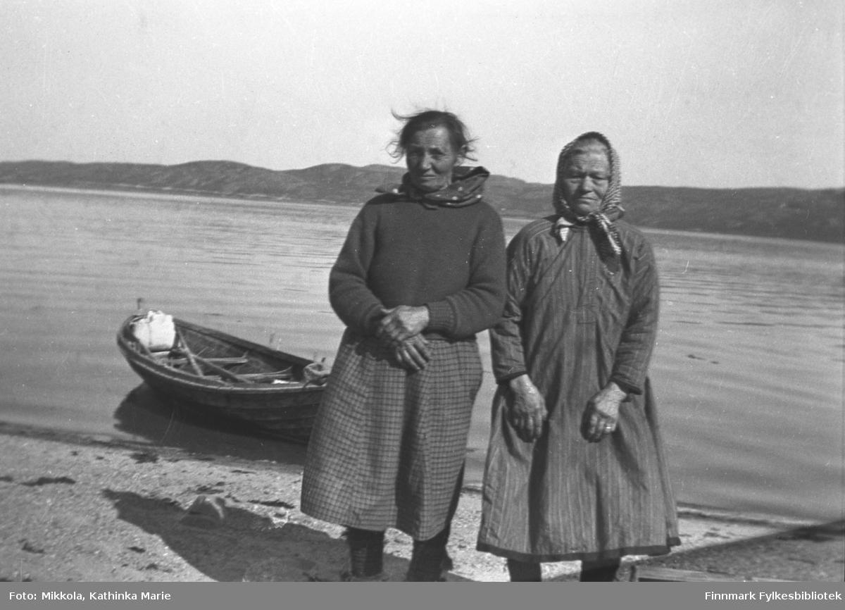 I fjæra på Mikkelsnes. Til venstre: Karen Inga Mathisen Saua (pikenavn Stærk) fra Storbukt. Karen var mor til Inga Marit Saua, som var tjenestejente på Mikkelsnes og ble gift med Arvid Mikkola, yngste sønn på gården. Til høyre: Gunhild Bigga Pak fra Stonga. Datter av Anders Rasmussen Ram (1833-1907), Reinbyen, Sandesdalen og Gunhild Samuelsdatter Saua (1827-1867). Hennes sønn var ugift, døtre er i familiene Persen og Dahl.