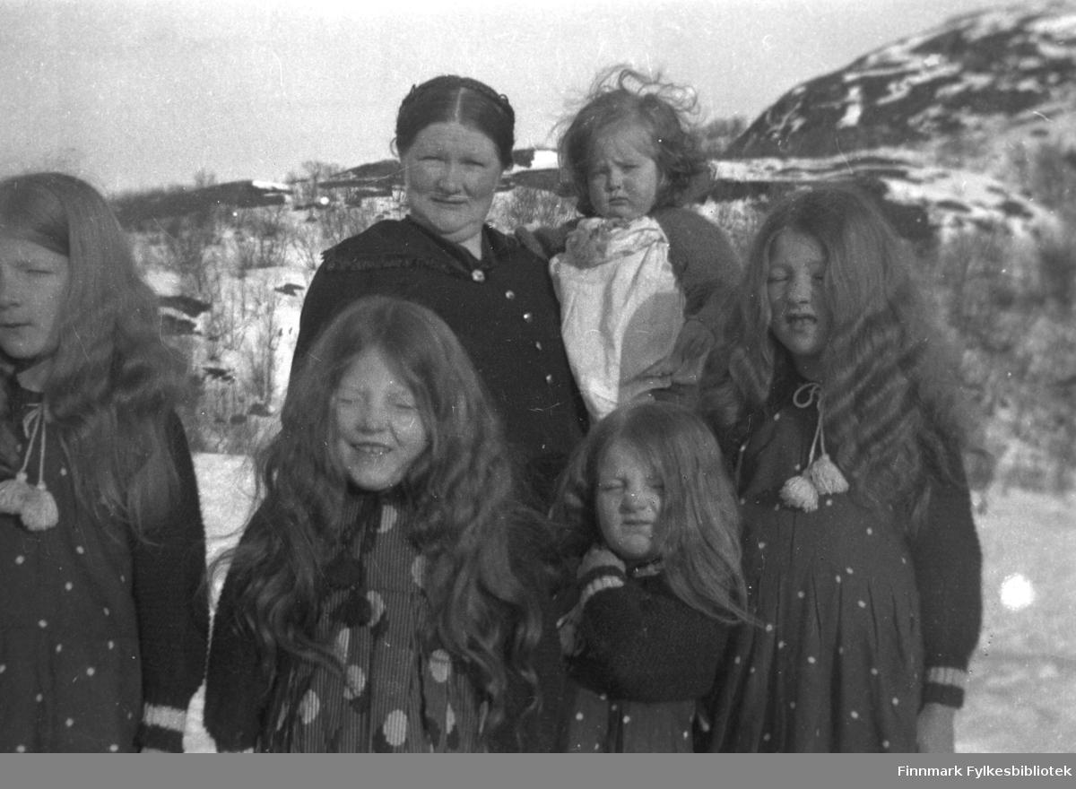 Kathinka Mikkola med de yngste døtrene sine. Hun har Herlaug på armen. De andre fra venstre: Gudrun, Ingrid, Astrid og Kari. Alle jentene har håret løst, vanligvis brukte alle fletter. På dette bildet ser de ut som små troll eller huldre!