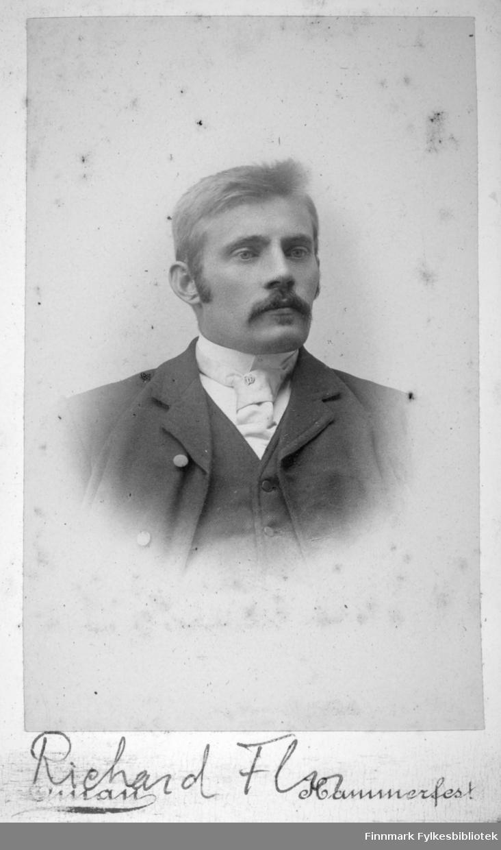 Portrett av Richard Floer fra Sørvær. Han har mørk dressjakke, mørk vest hvit skjorte og et lyst slips på seg.