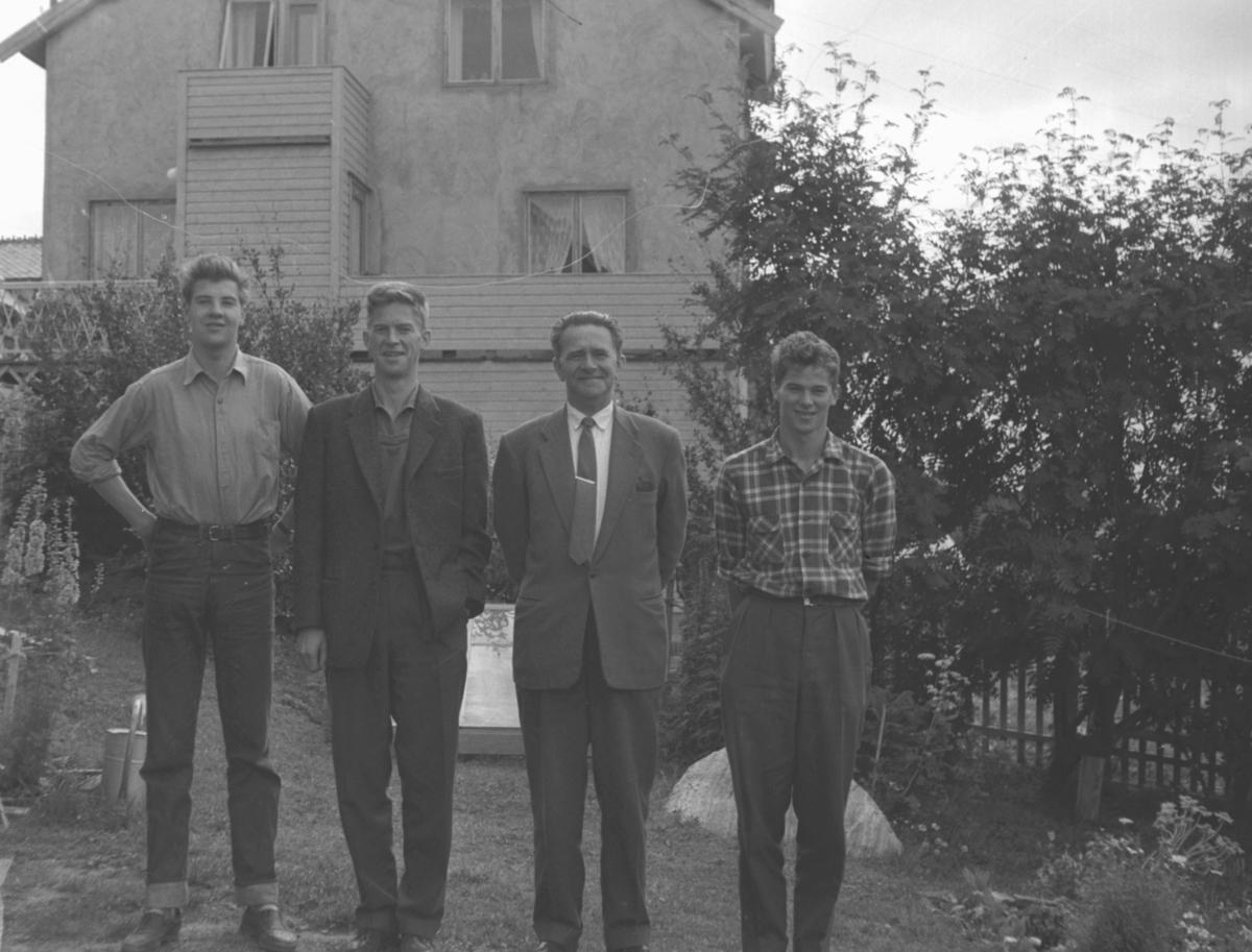 Far og sønner i hagen i Nyborgveien. De er fra venstre: Rolf Hauge, Tor Hauge, Leif Hauge og Øystein Hauge.