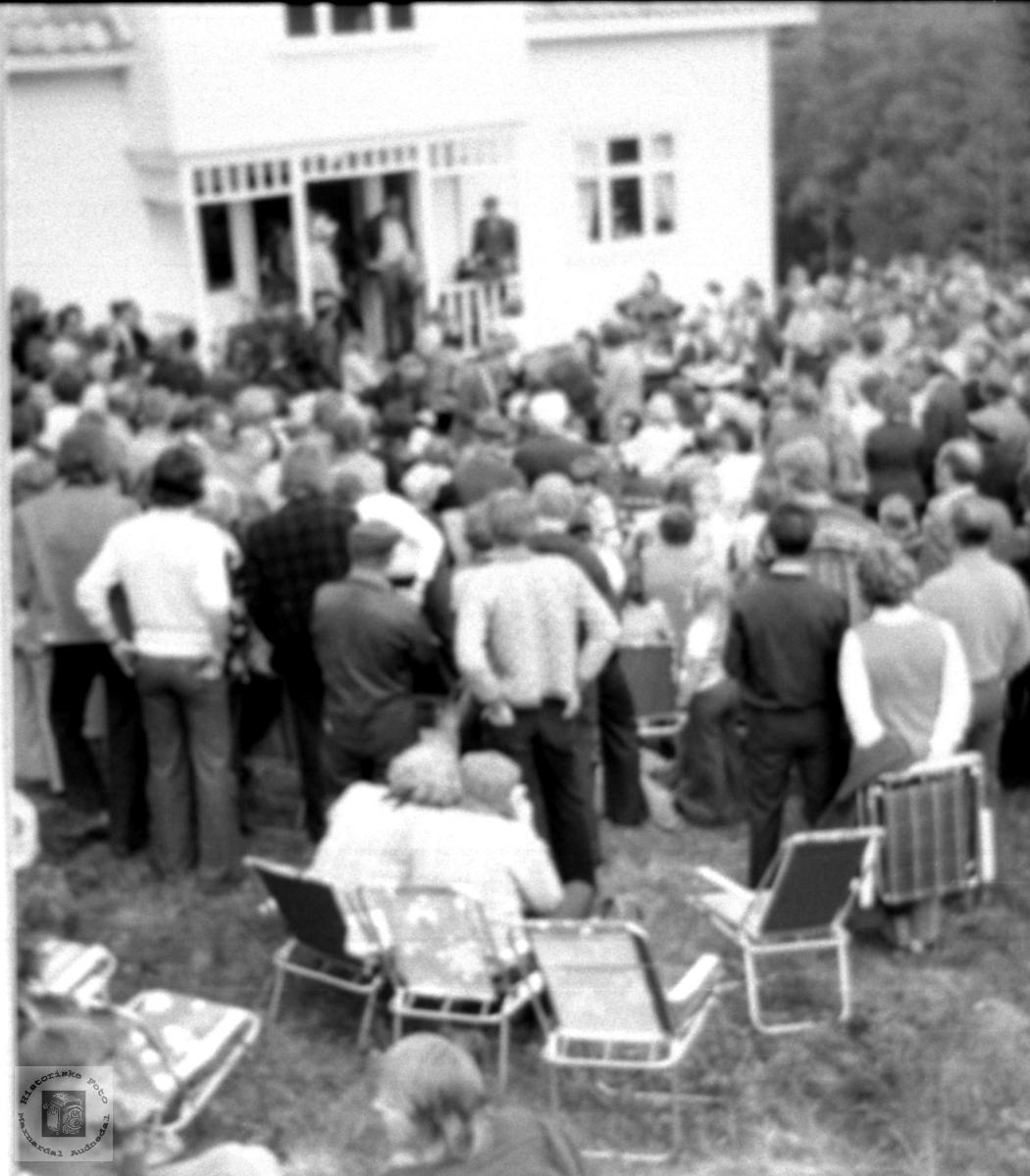 Folksomt på auksjon på Mindrebø.