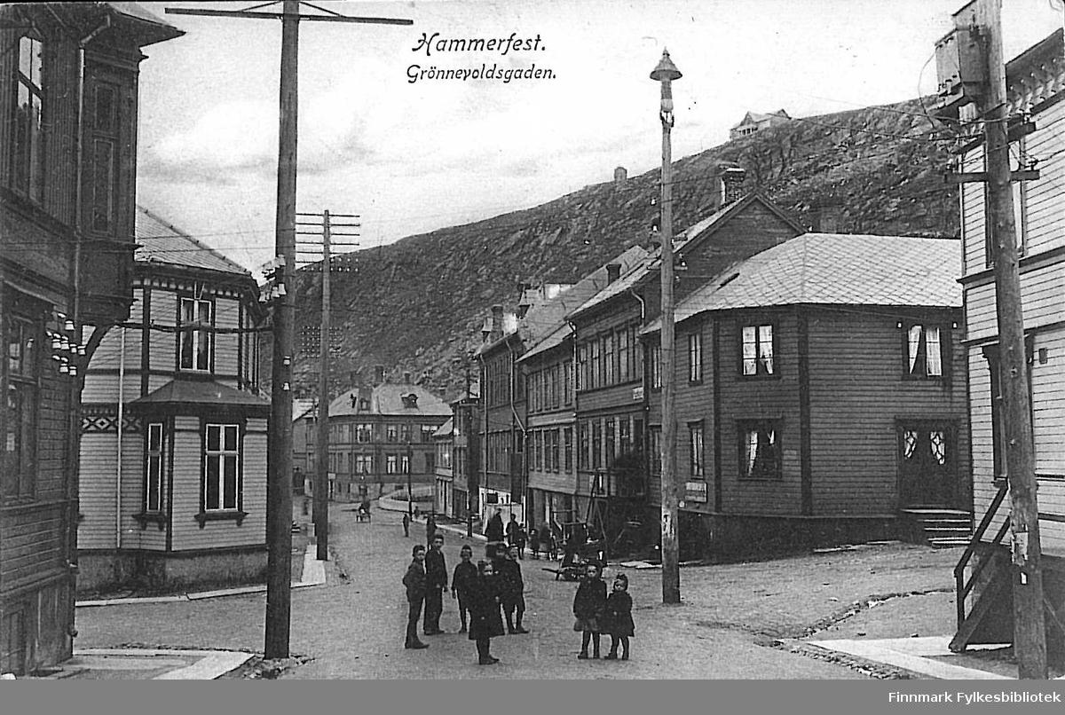 Postkort med motiv fra Hammerfest. Kortet er en jule- og nyttårshilsen til Arthur og Kirsten Buck på Hasvik. Kortet er sendt fra Hammerfest i 1907.