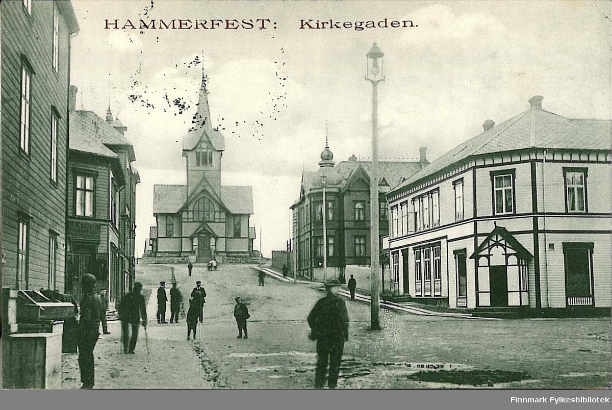 Postkort med motiv fra Hammerfest sentrum. Kortet er en jule- og nyttårshilsen til Arthur og Kirsten Buck på Hasvik. Kortet er sendt fra Hammerfest i 1906.