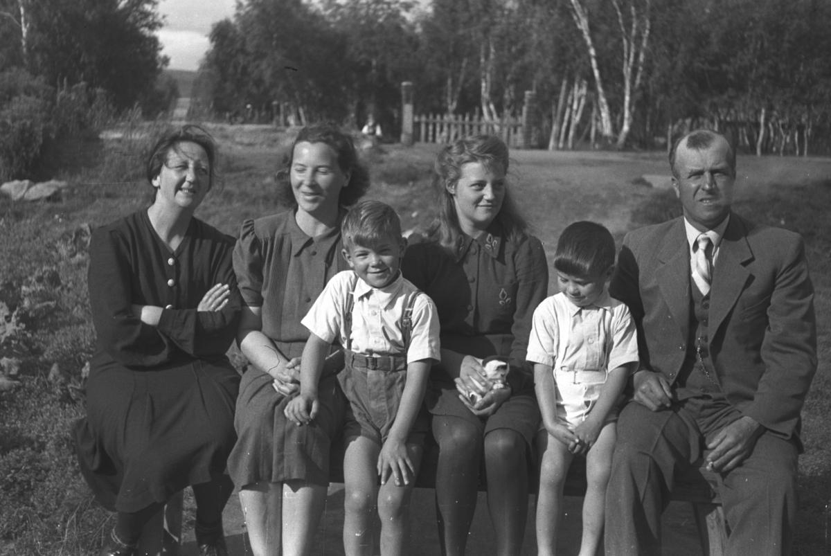 Seks personer fotografert i Rustefjelbma i Tana en sommerdag. De er fra venstre: Kristine Eilertsen, Frida Hauge, Øystein Hauge, Kari Jessen, Rolf Hauge og Thorleif Jessen.