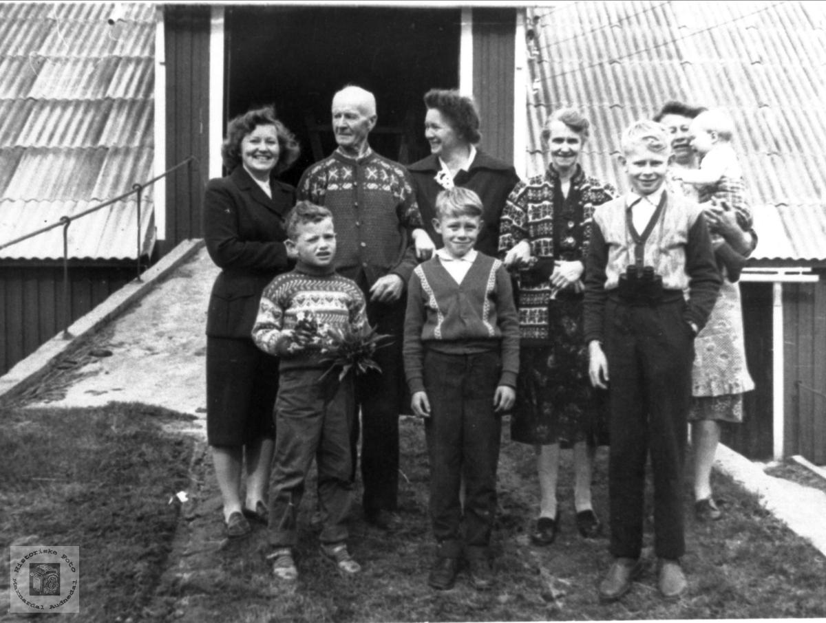 """Tante Helvig på besøk hos slekta """"Der ute"""""""