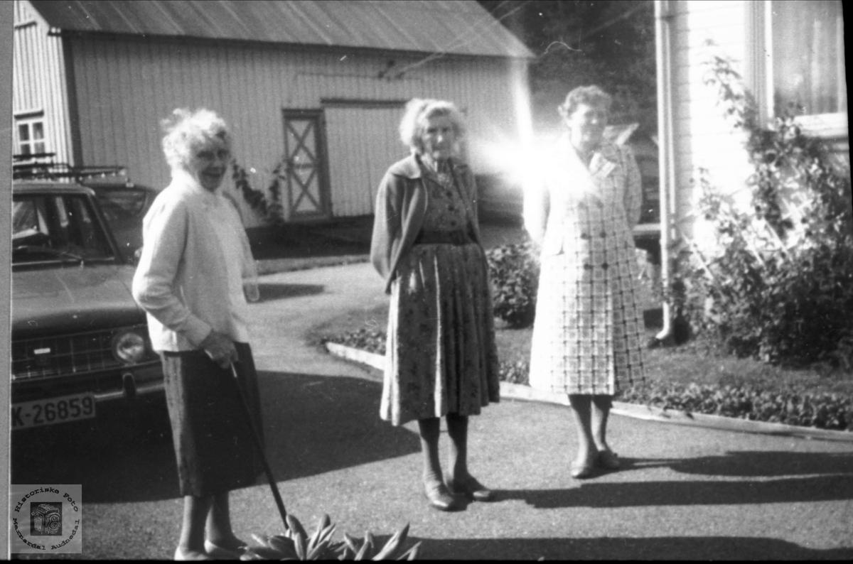Søstrene Abelseth på biltur