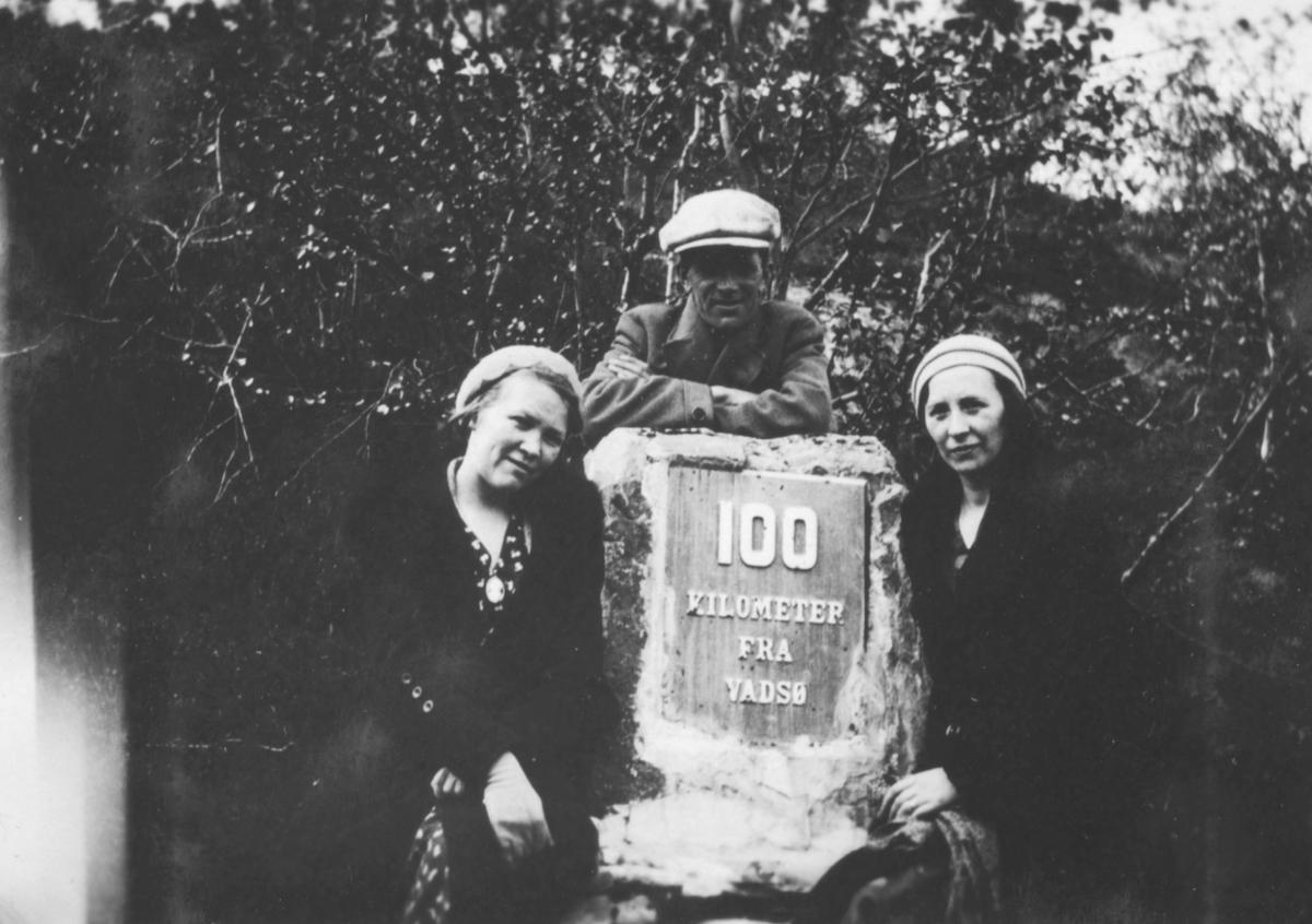 Hjørdis Hauge, Leif Hauge, og Gudrun Hauge fotografert 10 mil fra Vadsø. Muligens på Langnes i Tana. De er tanter og far til giver av bildene Tor Hauge