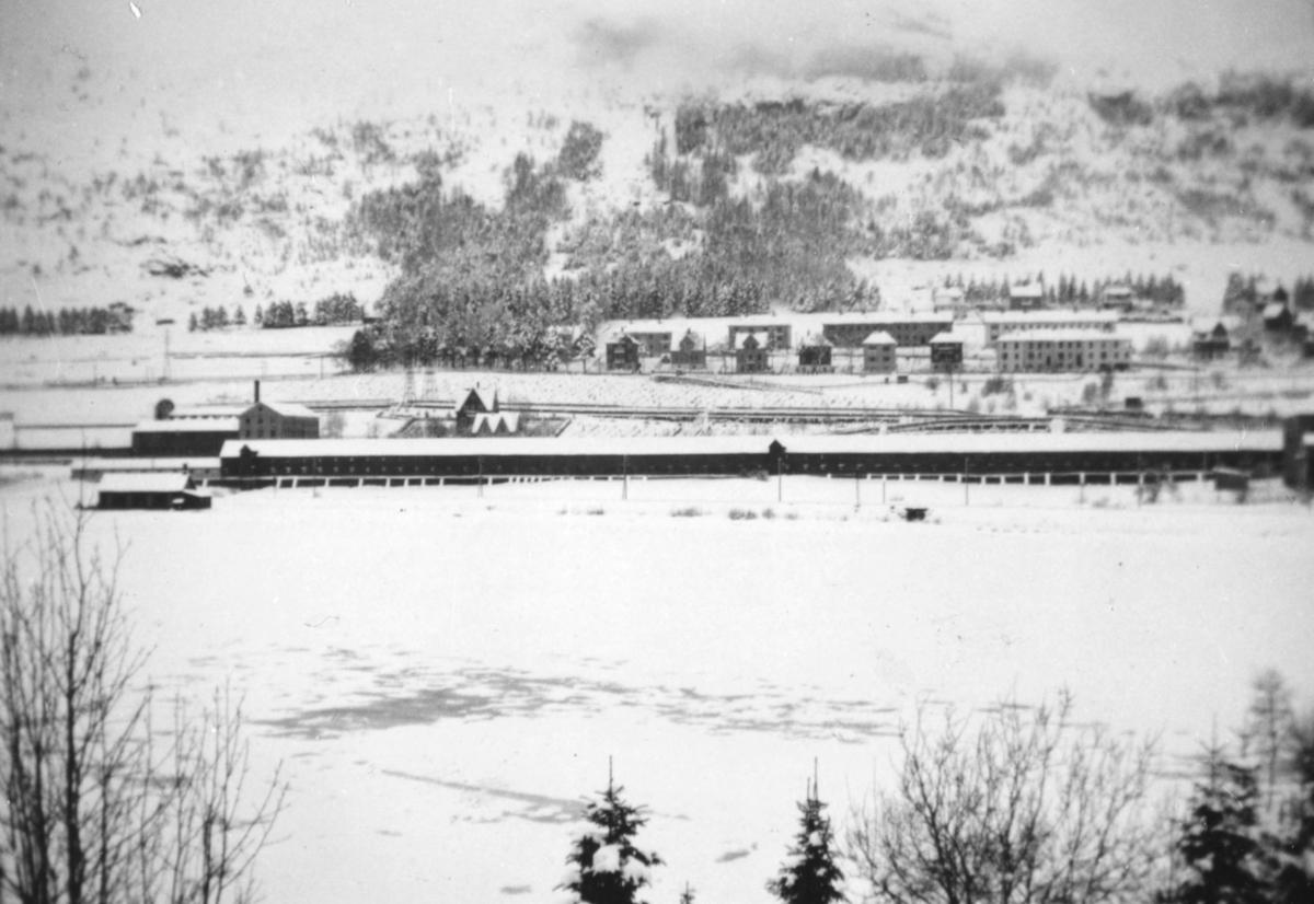 Oversiktbilde fra reperbanen ved Solheimsvannet i Bergen. Bildet er tatt vinterstid, og det ligger snø på bakken. Se også bilde nr. 99029-099