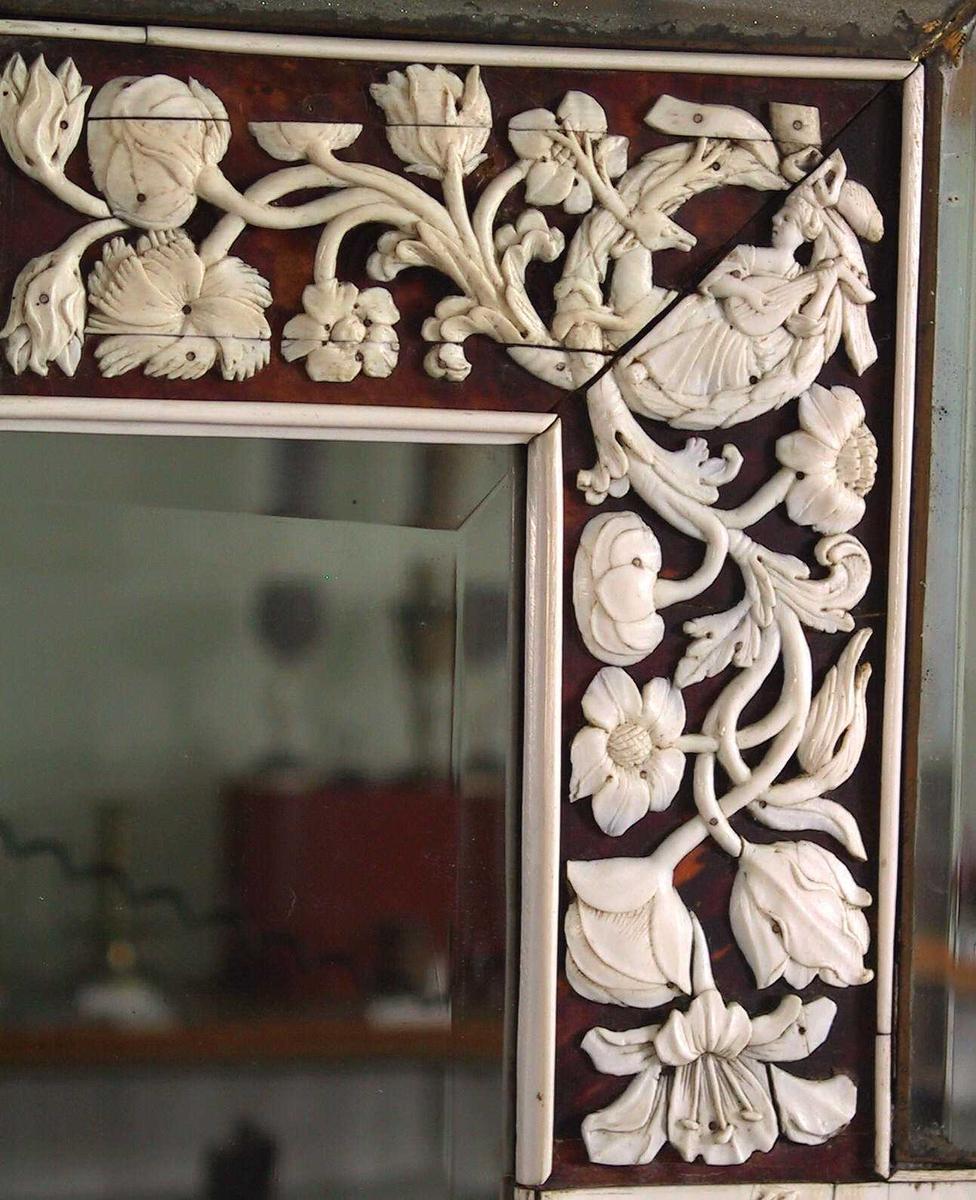 Blomsterranke/ mytologisk figurfremstilling,  4  relieffer i elfenben med   mytologisk figurfremstilling,  antakelig fra  Venus-myten.