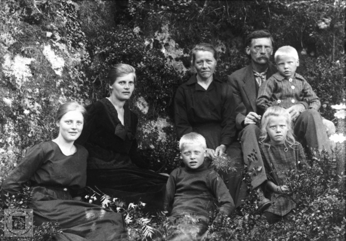 Familiegruppe. Anna og Albert Sveinall, Nyvoll, m/fam.
